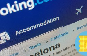 travala se asocia con booking